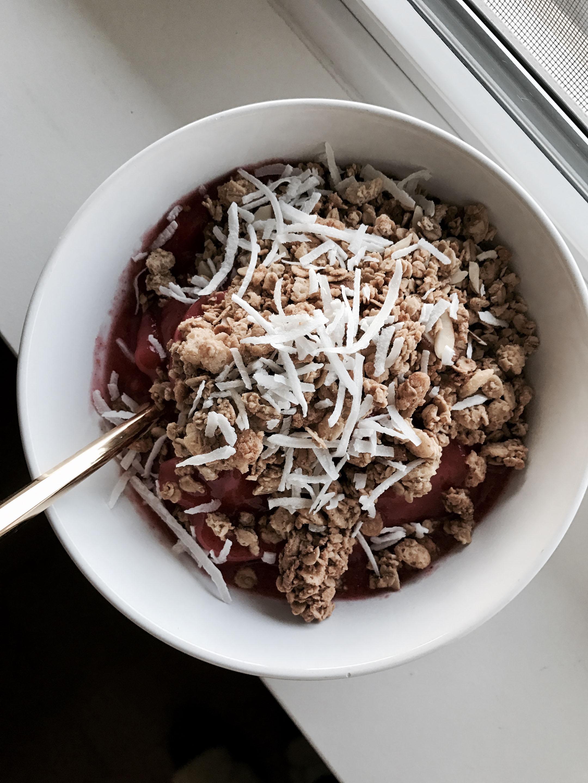 Granola smoothie bowl